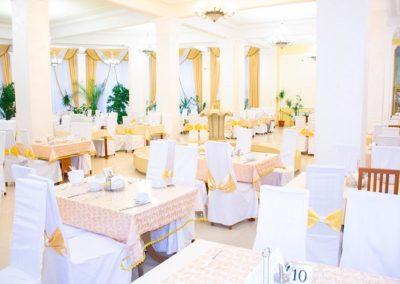 Светлая и просторная столовая в санатории Радуга