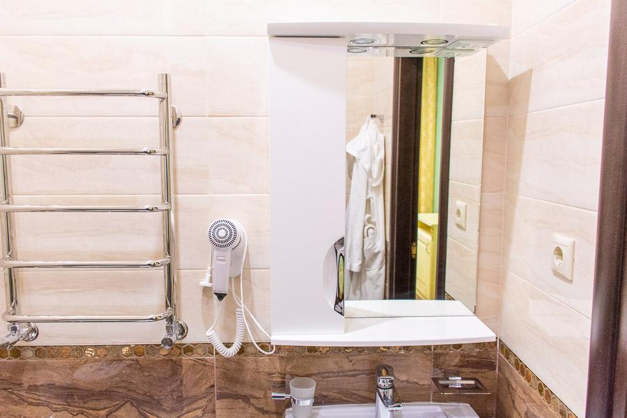 """Фотография ванной комнаты в двухместном номере """"Повышенной комфортности"""" санатория Радуга"""