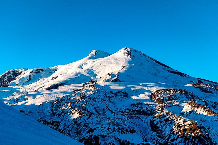 Двуглавый Эльбрус, купающийся в закатных лучах