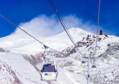 Удобные кабинки для подъёма на склон Эльбруса