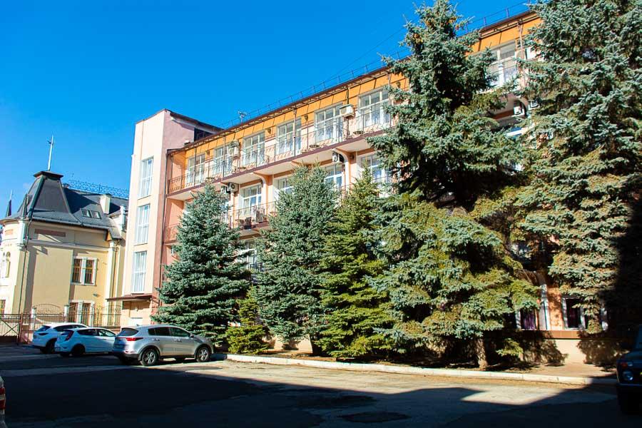 Фотография парковки на территории санатория рядом с корпусом